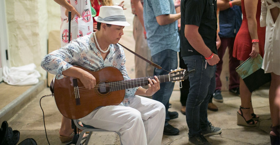 Exhib_slideshow_aad_cuba2016_guitarist